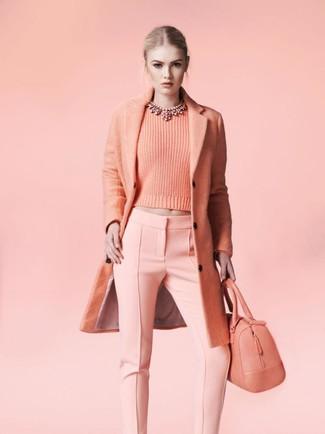 Come indossare e abbinare: cappotto rosa, maglione girocollo rosa, pantaloni skinny rosa, borsa shopping in pelle rosa