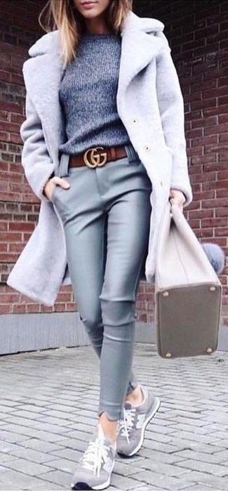 Come indossare e abbinare un maglione girocollo grigio: Potresti abbinare un maglione girocollo grigio con pantaloni skinny in pelle grigi per un look spensierato e alla moda. Aggiungi un tocco fantasioso indossando un paio di sneakers basse in pelle scamosciata grigie.