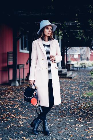 Come indossare: cappotto beige, maglione girocollo a righe orizzontali bianco e nero, pantaloni skinny neri, stivaletti in pelle neri