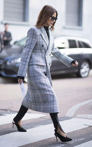 Come indossare: cappotto scozzese grigio, maglione girocollo nero, pantaloni skinny neri, décolleté in pelle scamosciata neri e dorati