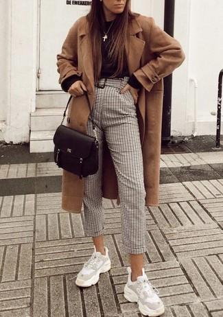 Come indossare e abbinare: cappotto marrone chiaro, maglione girocollo nero, pantaloni stretti in fondo a quadri beige, scarpe sportive bianche
