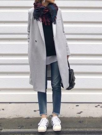 Come indossare: cappotto grigio, maglione girocollo nero, t-shirt girocollo bianca, jeans blu