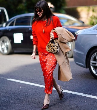 Come indossare: cappotto marrone chiaro, maglione girocollo rosso, vestito lungo di seta stampato rosso, sabot in pelle bordeaux