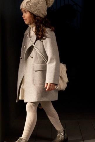 Come indossare: cappotto beige, maglione beige, gonna beige, stivali dorati