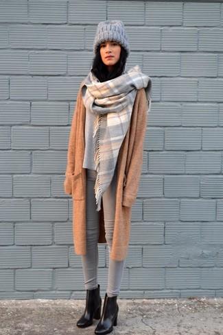Come indossare: cappotto lavorato a maglia marrone chiaro, maglione oversize grigio, jeans aderenti grigi, stivaletti in pelle neri