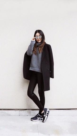Come indossare: cappotto nero, maglione oversize lavorato a maglia grigio, jeans aderenti in pelle neri, scarpe sportive nere e bianche