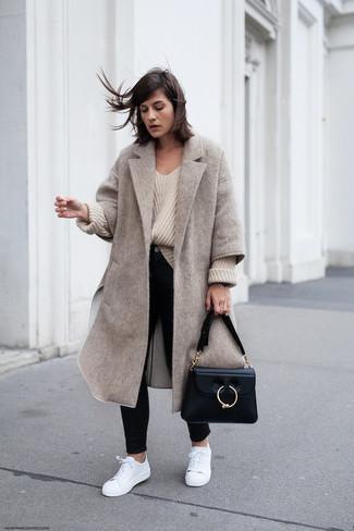 Come indossare: cappotto beige, maglione oversize lavorato a maglia beige, jeans aderenti neri, sneakers basse in pelle bianche