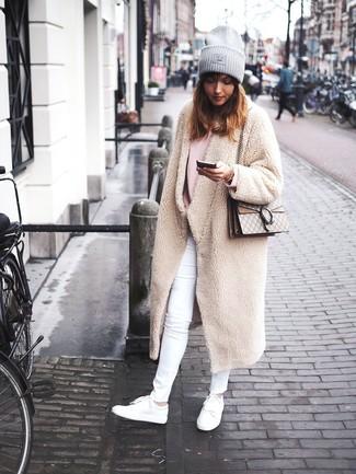 Come indossare: cappotto di pile beige, maglione oversize rosa, jeans aderenti bianchi, sneakers basse in pelle bianche