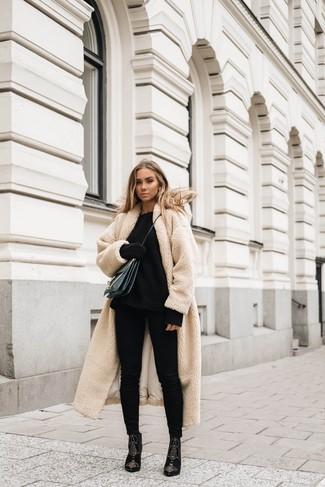 Come indossare: cappotto di pile beige, maglione oversize lavorato a maglia nero, jeans aderenti neri, stivaletti in pelle scamosciata decorati neri