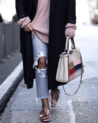 Come indossare: cappotto nero, maglione oversize rosa, jeans strappati azzurri, décolleté di raso rosa