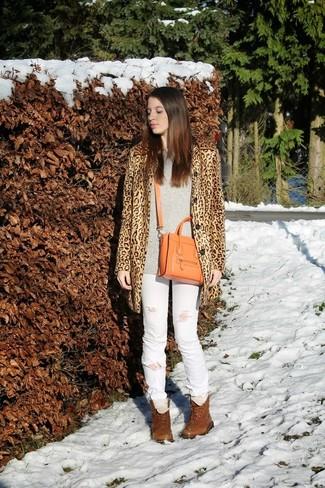 Come indossare e abbinare stivali marroni con jeans bianchi