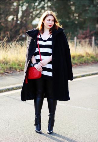 Come indossare e abbinare: cappotto testurizzato nero, maglione oversize a righe orizzontali bianco e nero, leggings in pelle neri, stivaletti in pelle neri