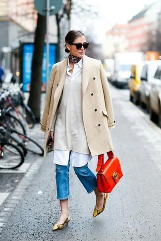 Come indossare: cappotto beige, maglione oversize beige, vestito chemisier bianco, décolleté in pelle con stampa serpente marrone chiaro