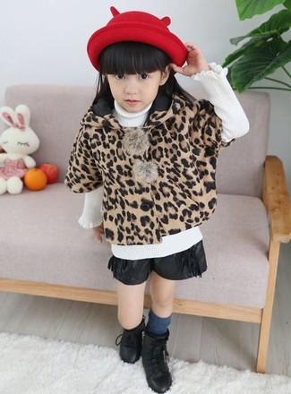Come indossare e abbinare: cappotto leopardato marrone chiaro, maglione bianco, pantaloncini in pelle neri, stivali neri