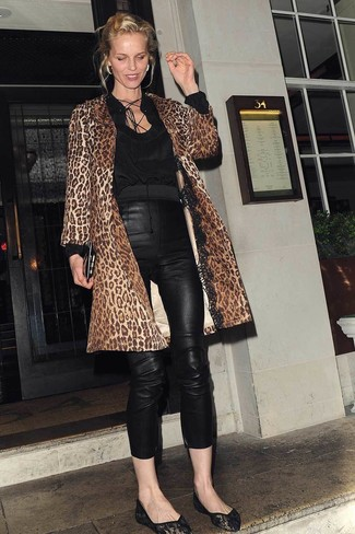 Come indossare: cappotto leopardato marrone, camicetta manica lunga nera, pantaloni skinny in pelle neri, ballerine di pizzo nere