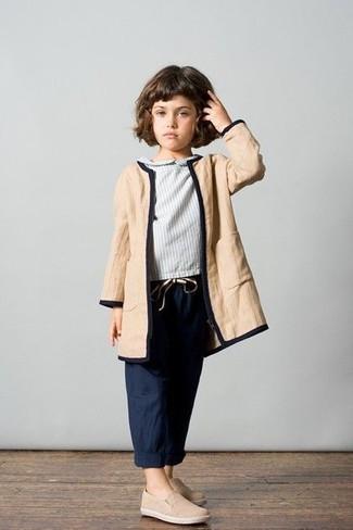Come indossare: cappotto marrone chiaro, camicetta manica lunga grigia, pantaloni blu scuro, sneakers beige