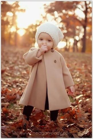 Come indossare: cappotto marrone chiaro, cuffia bianco, collant nero