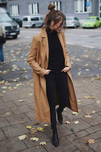 Come indossare: cappotto marrone chiaro, dolcevita nero, jeans aderenti neri, stivaletti in pelle neri