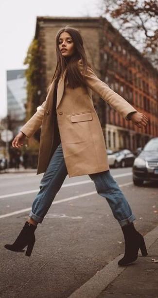 Come indossare e abbinare: cappotto marrone chiaro, jeans boyfriend azzurri, stivaletti in pelle scamosciata neri