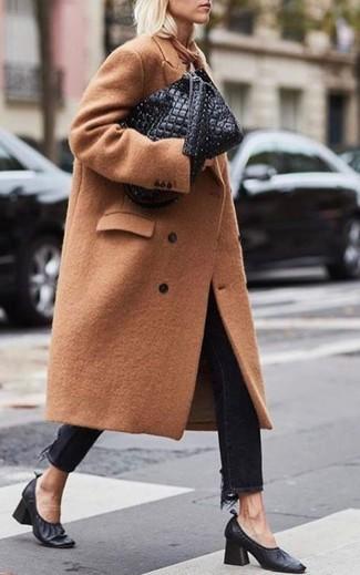 Come indossare e abbinare jeans neri: Per creare un adatto a un pranzo con gli amici nel weekend indossa un cappotto marrone chiaro con jeans neri. Completa questo look con un paio di décolleté in pelle neri.