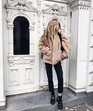 Come indossare e abbinare jeans neri: Opta per un cappotto di pile marrone chiaro e jeans neri per un look spensierato e alla moda. Per un look più rilassato, scegli un paio di stivali piatti stringati in pelle neri.