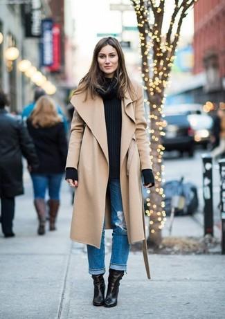 Come indossare: cappotto marrone chiaro, maglione a trecce nero, jeans boyfriend strappati blu, stivaletti in pelle neri