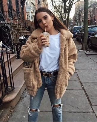 Come indossare e abbinare jeans strappati azzurri: Prova ad abbinare un cappotto di pile marrone chiaro con jeans strappati azzurri per creare un look raffinato e glamour.