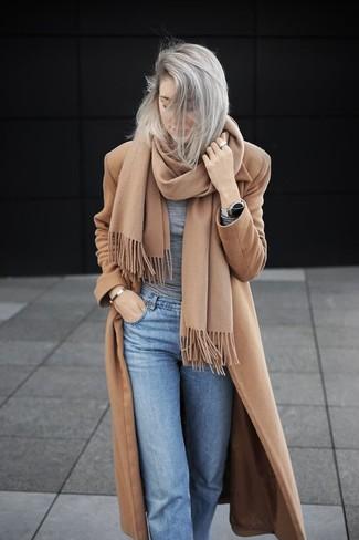 Come indossare e abbinare: cappotto marrone chiaro, t-shirt manica lunga grigia, jeans azzurri, sciarpa marrone chiaro