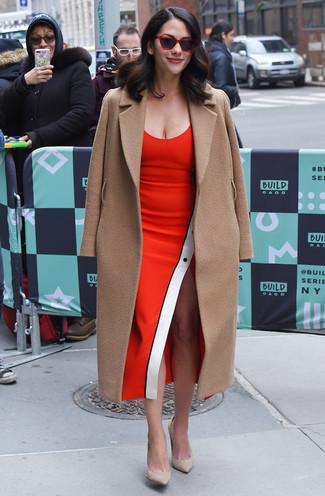 Trend da donna: Indossa un cappotto marrone chiaro e un vestito a tubino rosso per un elegante abbigliamento da ufficio. Questo outfit si abbina perfettamente a un paio di décolleté in pelle scamosciata beige.