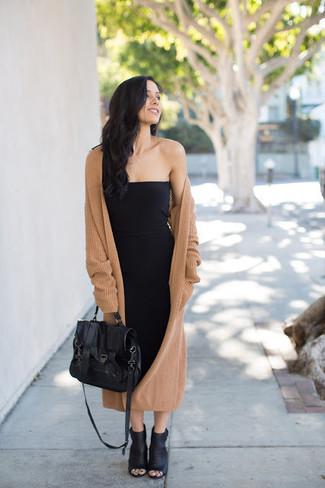 Come indossare: cappotto lavorato a maglia marrone chiaro, vestito aderente nero, stivaletti in pelle tagliati neri, cartella in pelle nera