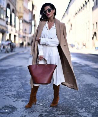 Come indossare e abbinare un vestito chemisier bianco: Potresti indossare un vestito chemisier bianco e un cappotto marrone chiaro per un look raffinato per il tempo libero. Completa questo look con un paio di stivali al ginocchio in pelle scamosciata marroni.