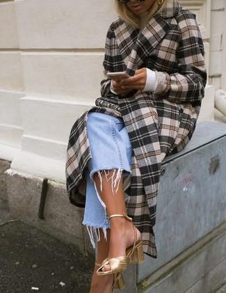 Come indossare: cappotto scozzese marrone, dolcevita bianco, jeans boyfriend azzurri, sandali con tacco in pelle dorati