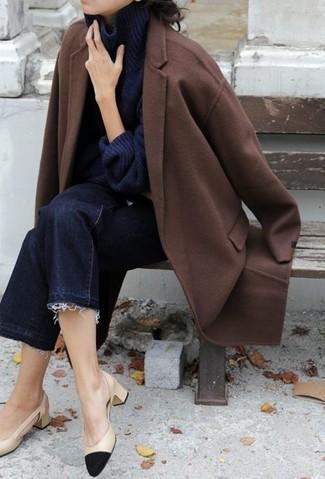Come indossare e abbinare una gonna pantalone di jeans blu scuro: Potresti indossare un cappotto marrone e una gonna pantalone di jeans blu scuro per un look semplice, da indossare ogni giorno. Completa questo look con un paio di décolleté in pelle neri e marrone chiaro.