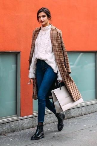 Come indossare: cappotto a quadri marrone, maglione a trecce bianco, jeans aderenti blu, stivali chelsea in pelle decorati neri