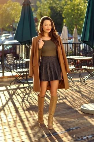 Come indossare e abbinare: cappotto marrone, t-shirt manica lunga verde oliva, minigonna a pieghe grigio scuro, stivali al ginocchio in pelle marrone chiaro