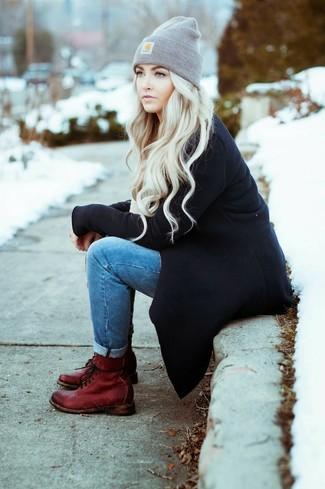 Scegli un cappotto nero e jeans aderenti blu per un look raffinato per il tempo libero. Vuoi osare? Completa il tuo look con un paio di stivali piatti stringati in pelle bordeaux.