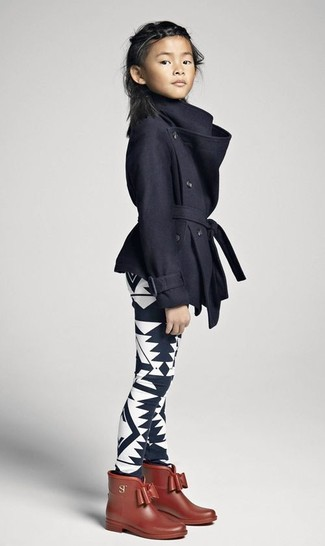 Come indossare: cappotto nero, leggings stampati neri e bianchi, stivali di gomma marroni