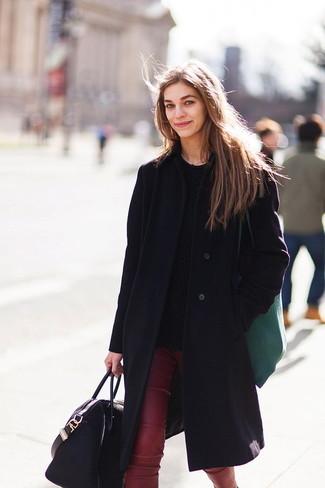 Come indossare: cappotto nero, maglione a trecce nero, pantaloni skinny in pelle bordeaux, borsa shopping in pelle nera