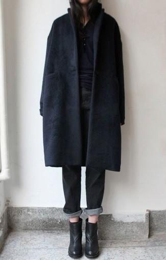 Look alla moda per donna: Cappotto nero, Serafino nero, Jeans boyfriend neri, Stivaletti in pelle neri