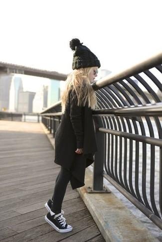 Come indossare e abbinare: cappotto nero, sneakers nere, cuffia nero, collant nero