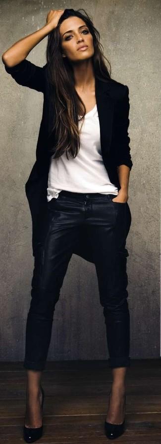 Questa combinazione di un cappotto nero e pantaloni skinny in pelle neri è perfetta per una serata fuori o per occasioni smart-casual. Completa questo look con un paio di décolleté in pelle neri.