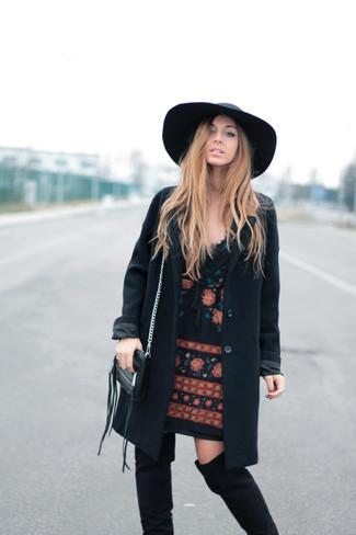 Come indossare e abbinare: cappotto nero, vestito a trapezio ricamato nero, stivali sopra il ginocchio in pelle scamosciata neri, borsalino di lana nero