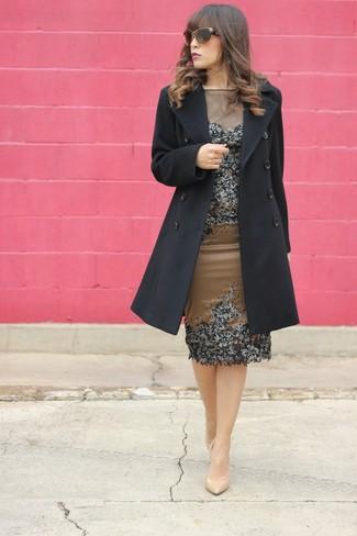Come indossare: cappotto nero, vestito a tubino decorato marrone, décolleté in pelle beige, occhiali da sole marroni
