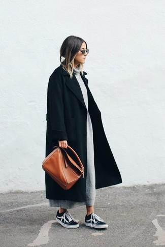 Come indossare: cappotto nero, vestito di maglia grigio, sneakers basse nere, borsa shopping in pelle terracotta