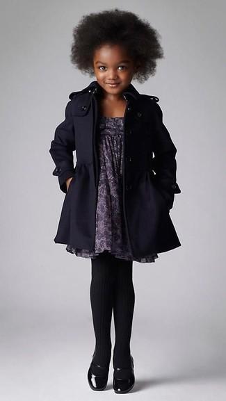 Come indossare: cappotto nero, vestito stampato grigio, ballerine nere, collant nero