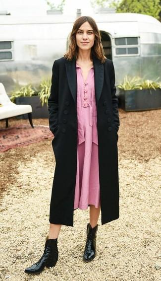 Come indossare: cappotto nero, vestito longuette rosa, stivali da cowboy in pelle neri