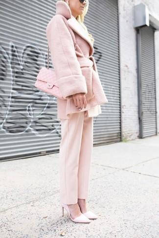 Come indossare e abbinare: cappotto rosa, pantaloni eleganti rosa, décolleté in pelle rosa, borsa a tracolla in pelle trapuntata rosa