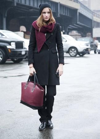 Come indossare: cappotto nero, pantaloni eleganti neri, stivali chelsea in pelle neri, borsa shopping in pelle bordeaux