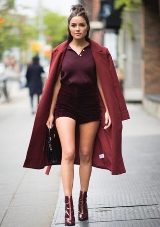 Come indossare: cappotto bordeaux, polo melanzana scuro, pantaloncini di velluto bordeaux, stivaletti in pelle bordeaux