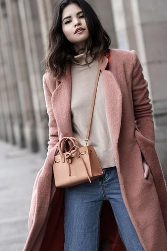 Come indossare: cappotto rosa, dolcevita beige, jeans blu, borsa a tracolla in pelle marrone chiaro